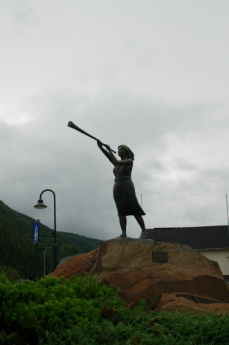 Socha Prillar-Guri (též Pillarguri), norské ženy, která dle tradice sehrála klíčovou roli v bitvě o Kringen počátkem 17. století, když místní obyvatele včas varovala před příchodem skotských žoldáků. Vítězství místních se v Ottě údajně dodnes slaví.