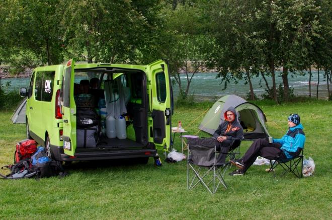 """Díky jednomu z Honzů máme s sebou skvělou kempingovou výbavu – stoleček a židličky. Myslíme, že většina lidí v kempu musí """"těm Slovákům v Renaultu"""" tiše závidět :-)"""