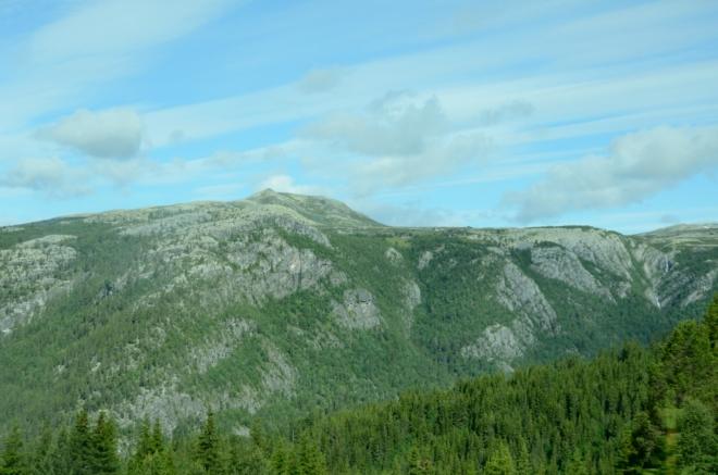 """Občas již zahlédneme i zasněžené hory národního parku Jotunheimen, střechy Norska. Zde """"jen"""" obyčejné okolní kopce."""
