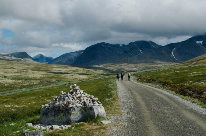 Na okraji silničky se nachází hned několik kamenných hromad poskládaných do tvaru mužiků.