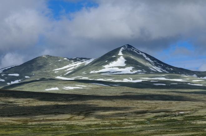 Vrchol Ljosåbelgen (1948 m) na severozápadě