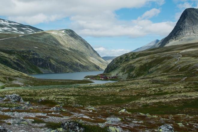U jezera se nachází malá turistická vesnička postavená v typickém norském stylu.