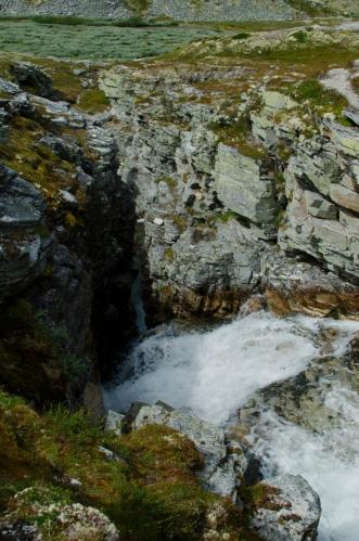 Na to, jak je potok malý, vytváří pěkný kaňon. Ač je to v Norsku celkem běžný úkaz, nás to prozatím fascinuje a děláme několik fotek.