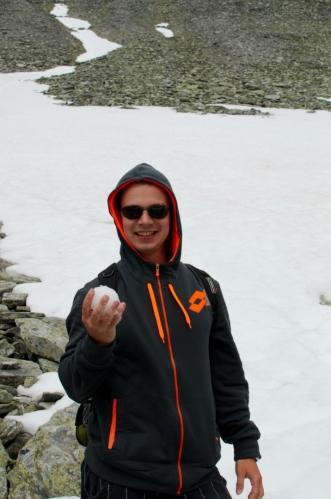 Přicházíme na první sněhové pole a máme z něj patřičnou radost. To ještě netušíme, kolik sněhu za celou dovolenou potkáme.