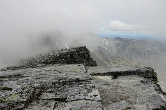 Rondeslottet je ten velký kopec vlevo, který nevidíte. Za chvíli nás mlha pohltí úplně a definitivně.