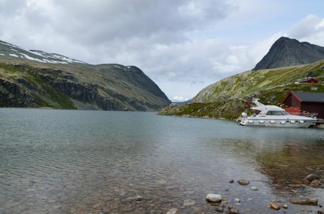 Jezero má na délku asi tři a půl kilometru.