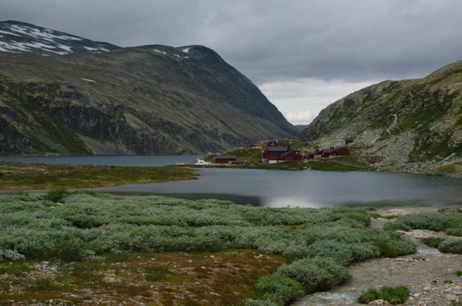 Poslední pohledy na jezero Rondvatnet a přilehlé baráky