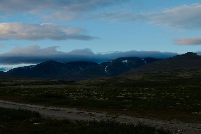 Tady na severu se v létě samozřejmě stmívá daleko později a pomaleji než u nás v České republice. Nejvyšší vrcholy národního parku stále zakrývá povlak z mraků.