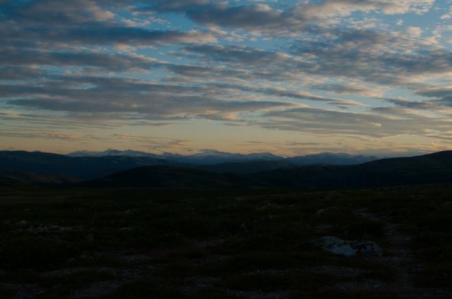 Obloha nad Jotunheimenem se zabarvuje do žluto-oranžova. Norsko nám ukazuje svou krásu naplno.