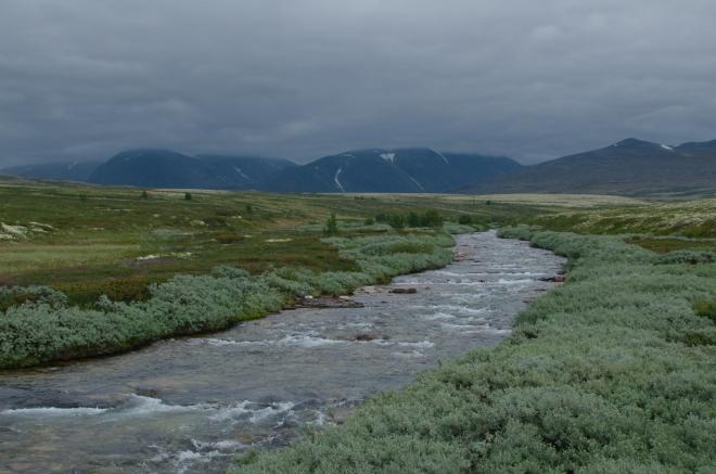 Teď už stačí jít podél řeky a dívat se po vodopádech. V pozadí hory, na které jsme šplhali včera, kdy počasí tam nahoře bylo oproti tomu dnešnímu ještě výborné.
