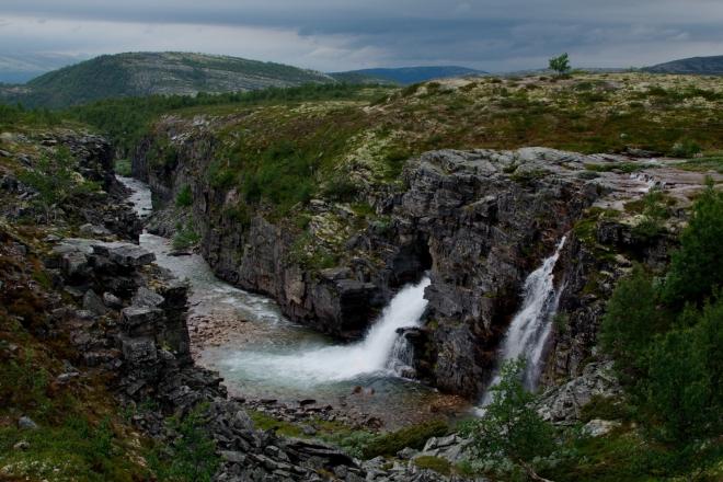 Pohled do mohutného kaňonu vytvářeného po tisíciletí tekoucí říčkou