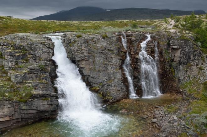 Finální záběr vodopádu, jenž nese jméno Storulfossen. Ještě si tu chvíli postojíme, uprostřed lišejníkových polštářů.