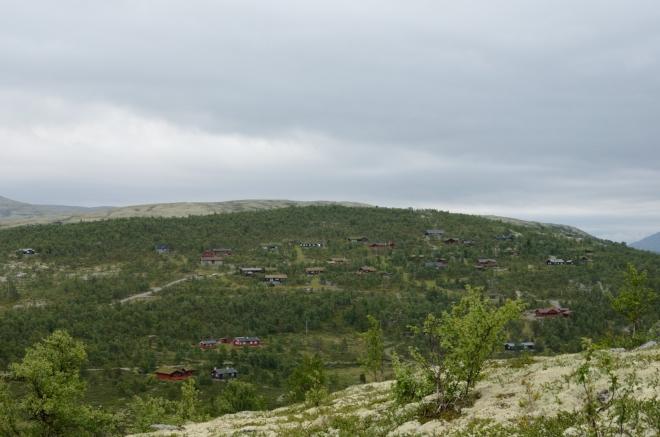 Domy roztroušené po protějším kopci patří k vesnici Mysusæter.
