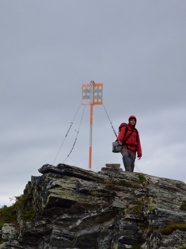 Po čtvrthodině funění stojíme na vrcholu, jenž je označený takovouto nevzhlednou tyčí. Vrchol nese název Kåsen a dosahuje nadmořské výšky 1060 metrů.