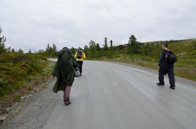 Od mýtnice vede silnice do poměrně prudkého kopce, jenž nám dává docela zabrat. Už abychom byli u auta...