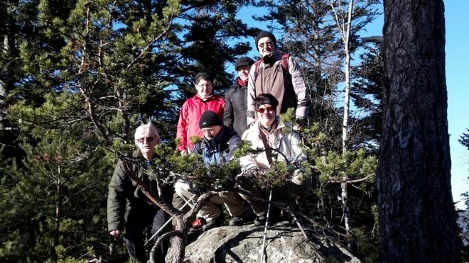 Společné foto na východním vrcholu Rohanovského vrchu, na který se opravdu leze. Skála ční nad okolín o pár desítek metrů.
