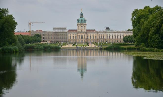 Zámek Charlottenburg od jezera v zámecké zahradě