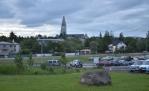Reykjavík poblíž autobusového nádraží ve tři hodiny v noci. Ano, ve tři v noci (nebo ráno) už je šero jen slabé. V pozadí kostel Hallgrímskirkja, dominanta města.