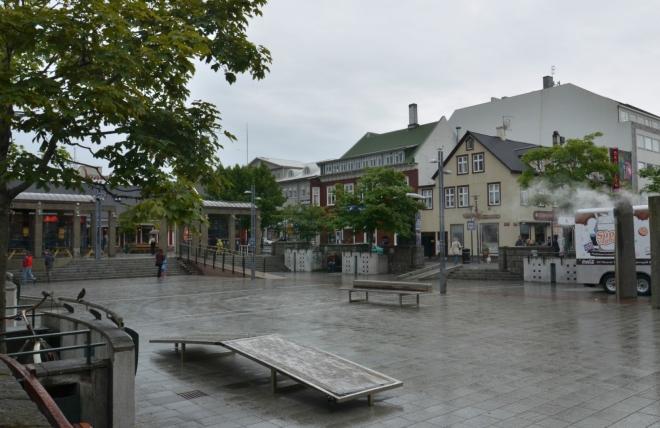 Náměstí Ingólfstorg pojmenované podle Ingólfura Arnarsona, považovaného za prvního stálého obyvatele Islandu. Roku 874 se usadil právě kousek od tohoto náměstí, jak dokládají vykopávky v muzeu osídlení.