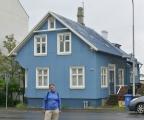 Krásně barevné dřevěné domečky pobité vlnitým plechem se nám líbí.