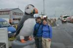Naše maličkosti vedle velikého papuchalka, pěkně zbarveného ptáka žijícího na severu Atlantiku a Tichého oceánu. Na Islandu se organizují turistické výpravy k jeho hnízdištím, my však za jeho zhlédnutí utrácet majland nebudeme.