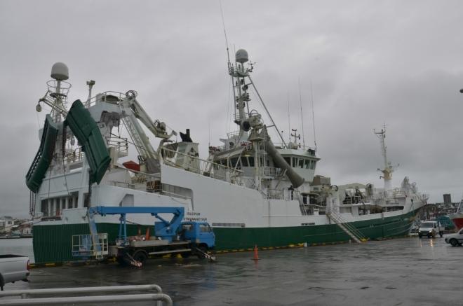 V přístavu obhlížíme lodě, což je pro nás středoevropany zážitek.