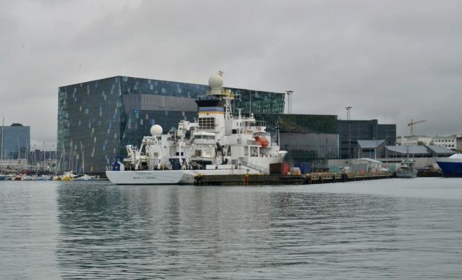 Vzadu za lodí vidíte budovu Harpa, moderní koncertní sál a konferenční centrum (z roku 2011)