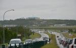 """V dáli budova Perlan (v překladu """"perla"""") na kopci Öskjuhlíð. Tuto ohromnou budovu tvoří především zásobníky na horkou geotermální vodu."""