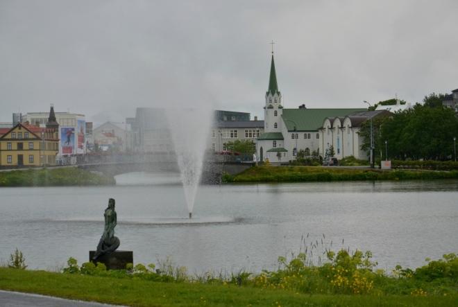 Jezero Tjörnin, nacházející se uprostřed města. Násep a most ho rozdělují na dvě části.