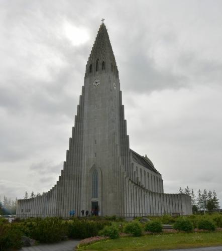 Hallgrímskirkja, největší kostel na Islandu postavený v letech 1945 až 1986. Zároveň jde o jednu z nejvyšších budov v zemi. Architektura má připomínat čedičové sloupy, se kterými se v dalších článcích ještě párkrát setkáme ;-)