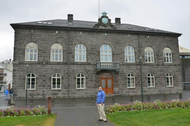 Budova islandského parlamentu Alþingishúsið. Je tak malá, jak vypadá na fotce.