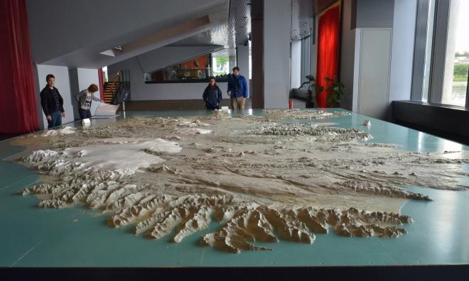 A nelitujeme! Uvnitř se nachází obrovský 3D model Islandu. Na fotce pohled od východu, v popředí tedy východní fjordy.