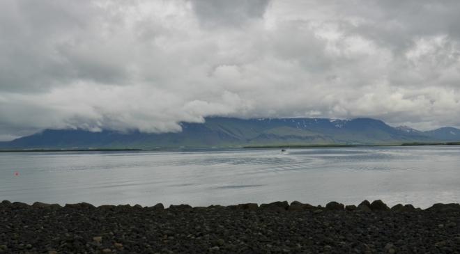 Svahy Esji se příkře zvedají z vod zálivu.