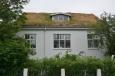 Domeček se střechou z trávy.