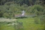 Kus pod Perlanem kouří pára ze země, což dokládá, že se voda do zásobníků čerpá přímo z kopce.