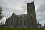 Katolický kostel z boku.