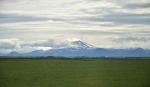 """Za širými rovinatými pastvinami se tyčí do výše bezmála 1500 metrů stratovulkán činné sopky Hekla. Jestlipak zrovna """"nehekne"""" během našeho pobytu, když je jednou z nejaktivnějších sopek na Islandu? Ostatně, posuďte úctyhodný seznam let zaznamenaných erupcí: 2000, 1991, 1980, 1970, 1947, 1845, 1766, 1693, 1636, 1597, 1510, 1434, 1389, 1341, 1300, 1222, 1206, 1158, 1104."""