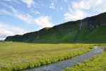 Z útesů zvedajících se z roviny padají četné vodopády.
