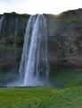 Největší z nich v místě, kam jsme přijeli, se jmenuje Seljalandsfoss a měří úctyhodných 60 metrů. Jak si můžete všimnout na fotce, lze ho obejít dokola. Jsme nadšeni!