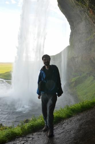 Moje maličkost u vodopádu. Jak si můžete všimnout, v tomto místě od vodopádu trochu prší. O kousek blíže byla sprcha silnější a nedalo se fotit.