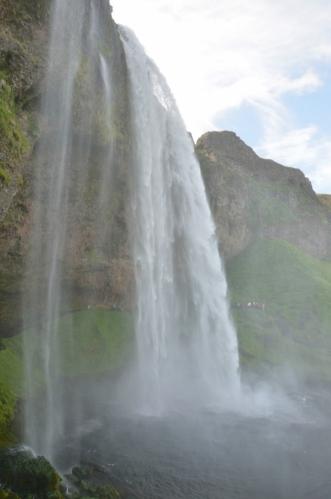 Vodopád Seljalandsfoss z druhé strany.