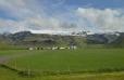 Skógar tvoří jen několik farem s krásně červenými střechami. Vzadu se tyčí Eyjafjallajökull.