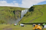 Na louce před vodopádem je kemp, vpravo pěšinka na vyhlídku pokračující nahoru.