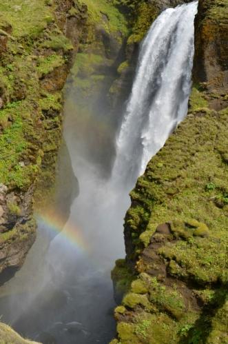 Jeden z vyšších vodopádů. Zasvitlo sluníčko a naše oči potěšila duha.