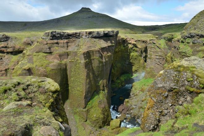 Říčka se opět prodírá hlubokým kaňonem. Vpravo nahoře už se bělá ledovec