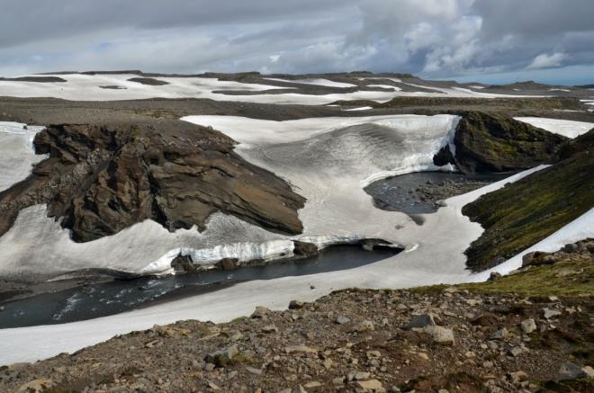 Říčka obklopená sněhem