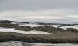 Oblý ledovec Mýrdalsjökull přikrývá samotné hory a dává tušit svou majestátnost.