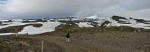 Kamenitou pouští vystavenou nemilosrdnému větru stoupáme ke sněhovým polím.
