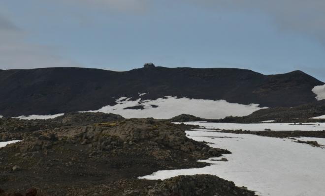Na obzoru chata Fimmvörðuskáli v průsmyku Fimmvörðuháls, my naštěstí jdeme k bližší chatě.