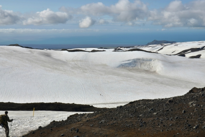 Poslední výhled na pobřeží a moře z průsmyku Fimmvörðuháls.